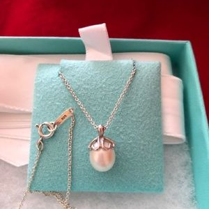 Tiffany & Co pearl pendant necklace